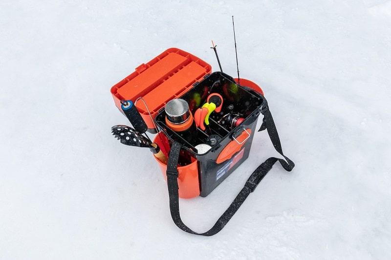 Зимние удочки для рыбалки в ящике.