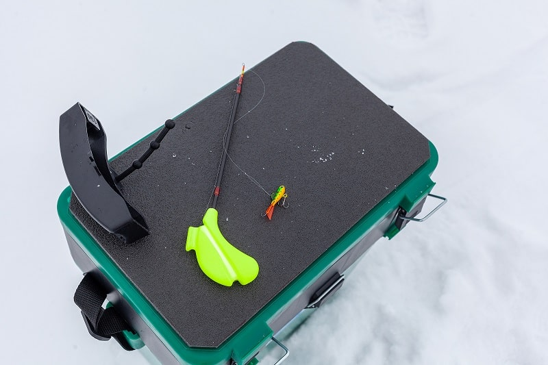 Зимние удочки для рыбалки на ящике.